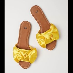Sandals with bow